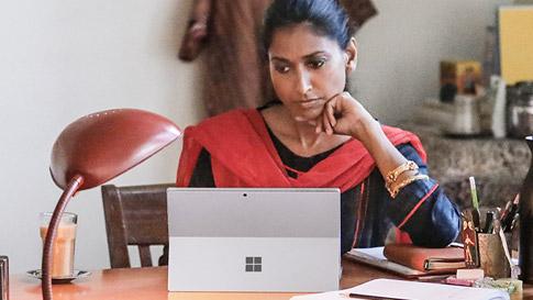 Žena dívající se na laptop